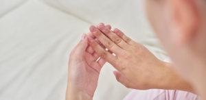 Dellen und Wellen im Fingernagel: Ursachen und richtige Behandlung